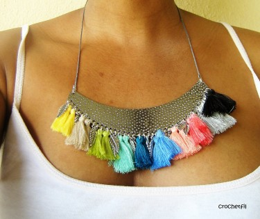 collier-pompons1