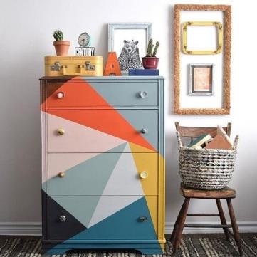 cômoda-colorida-pintada-com-triangulos